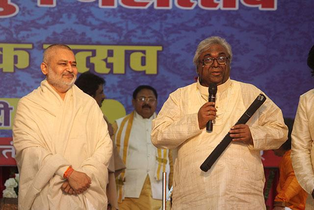 Pundit Amarnath Ji is presenting flute to Brahmachari Girish Ji during Sanskriti Diwas Celebration 2019.
